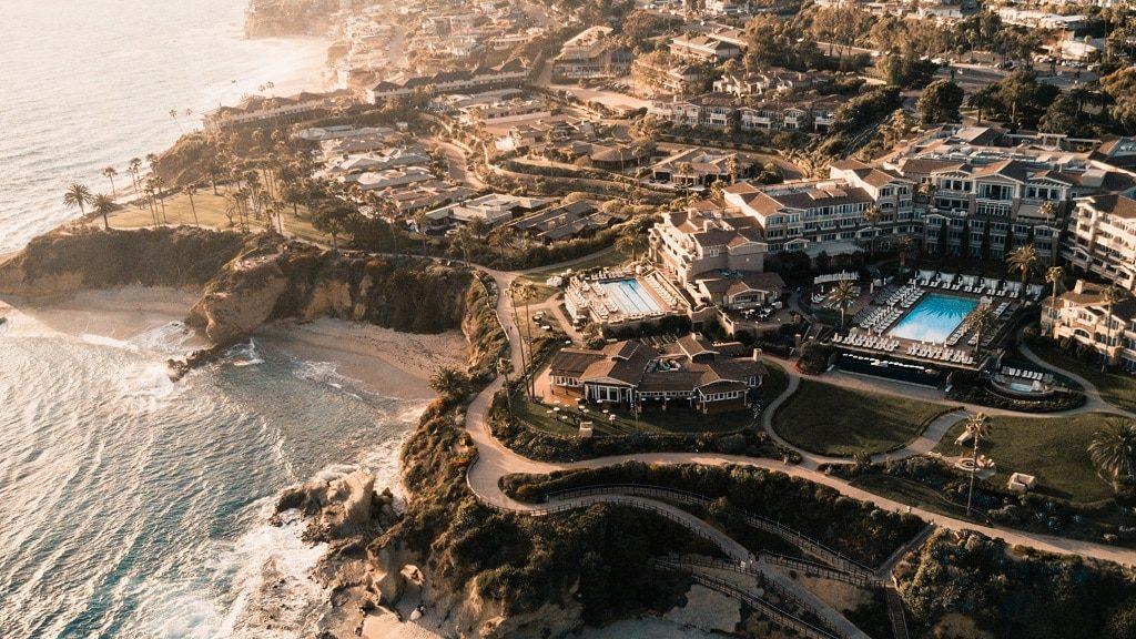 Un hôtel à Laguna Beach, photo prise avec un drone, une tendance de technologie hôtelière à suivre