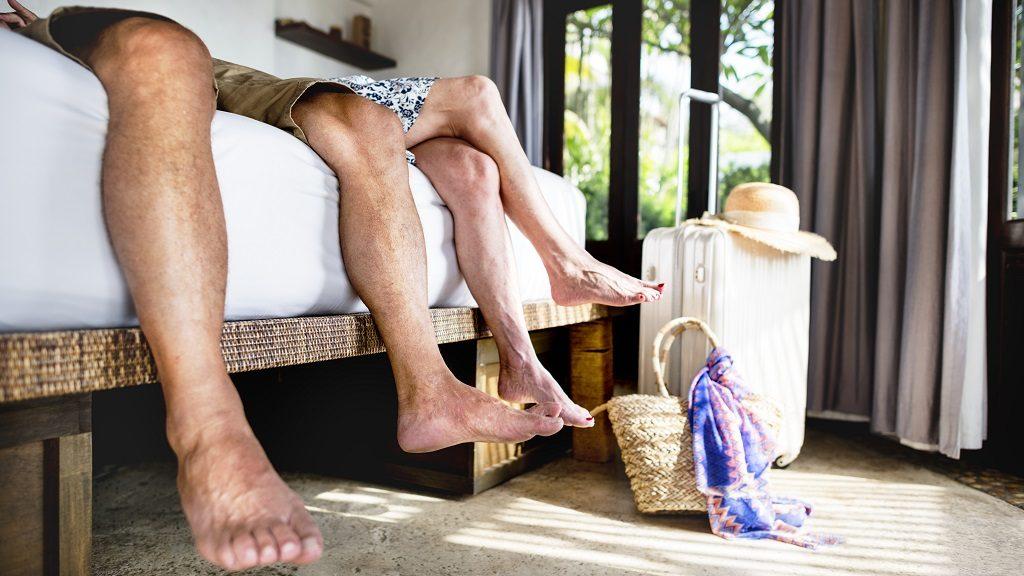 Viajeros de vacaciones descansando en un hotel