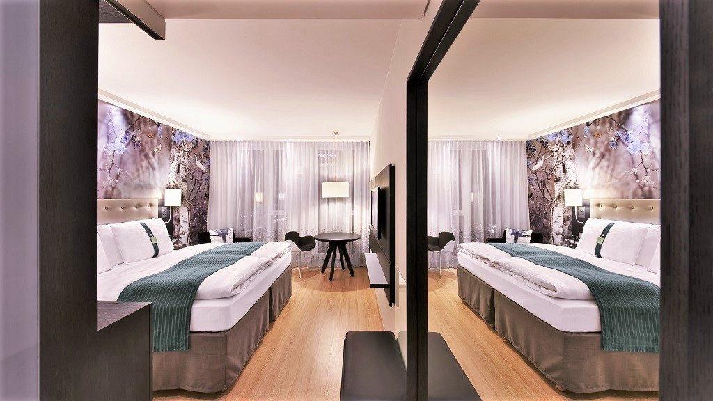 δωμάτιο ξενοδοχείου που αντανακλάται σε έναν καθρέφτη