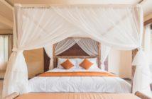Hotelsuite mit Himmelbett und Baldachin