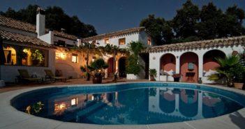 Una piscina de un hotel por la noche