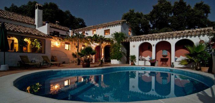 Une piscine d'hôtel la nuit