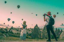 Hotelgäste beobachten eine lokales Heißluftballonfestival