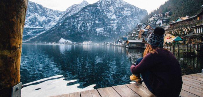 Ένα κορίτσι που κάθεται σε μια ξύλινη βεράντα μια χειμωνιάτικη ημέρα