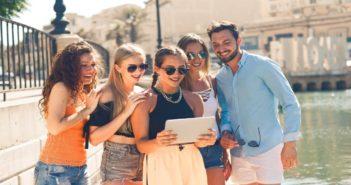 Eine Gruppe von Millennials mit einem Tablet