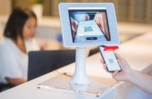 Digitaler Check-in an einer Hotelrezeption