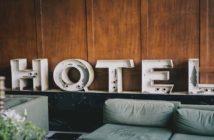 Letreiro decorativo com a palavra hotel