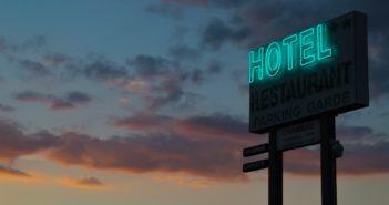 L'insegna di un hotel