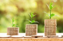Plantas creciendo en monedas