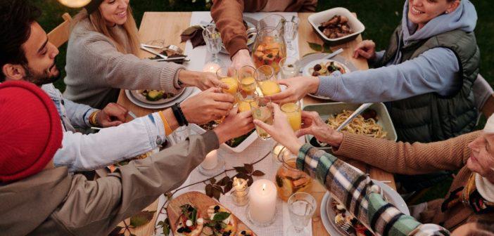 Eine fröhliche Runde an einem Tisch prostet sich zu